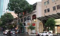 90. ずぼんも濡れる街角 / レッドドア Red Door in D1  - ホーチミンちょっと素敵なカフェ・レストラン100