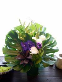 法事用のアレンジメント。「白メインで、少し紫色を入れて」。旭川市永山に発送。2021/01/13着。 - 札幌 花屋 meLL flowers