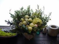 お悔やみのアレンジメント。「キリスト教カトリックの方へ。白~グリーン系」。2021/01/16。 - 札幌 花屋 meLL flowers