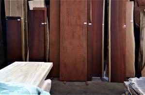赤い色の木 一枚板 - SOLiD「無垢材セレクトカタログ」/ 材木店・製材所 新発田屋(シバタヤ)