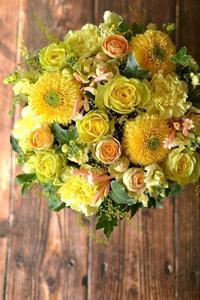 バラ「イリオス」やガーベラ「ストラ」を使った黄色いお花のフラワーアレンジメント。 - 花色~あなたの好きなお花屋さんになりたい~