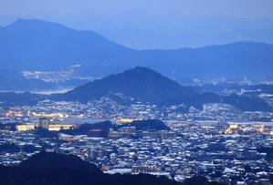 八木山展望台から見る「忠隈のボタ山」 - 九州ロマンチック街道
