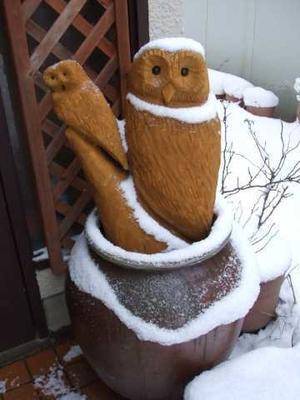 玄関前の木彫りのふくろうさん - 小町の日々の暮らし