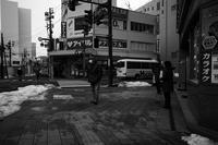 駅前の路地はところどころに雪の塊20210126 - Yoshi-A の写真の楽しみ