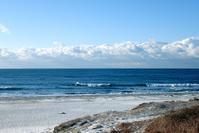 腰前後/ヨレた風波とうっすら雪化粧した砂浜 - ぶん屋の抽斗