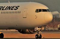 夕陽が機体に - まずは広島空港より宜しくです。