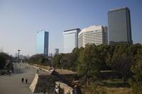 大阪城の近くには大きなビルが立ち並んでいます。 - 平凡な日々の中で