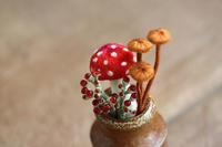 ベニテングタケの幼菌と小さなキノコを作りました - フェルタート(R)・オフフープ(R)立体刺繍作家PieniSieniのブログ