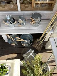 トタンのバケツと庭ホウキ & 二月の美しい朝空 - CROSSE 便り