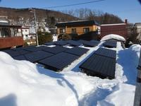 太陽光パネルと雪 - 小さなお庭のある家3