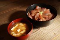 ヒラマサ丼ととうふと油揚げのお味噌汁 料理 - nine  to  eight