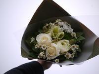 お誕生日の花束。「白~グリーン系」。2021/02/16。 - 札幌 花屋 meLL flowers