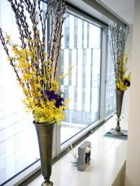 定期的にお取替えしている「歯科おいしい幸せ」様のアーティフィシャルフラワー(造花)ディスプレイ。2021/02/18。 - 札幌 花屋 meLL flowers
