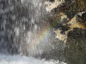 滝に虹 - 自然の恵みに感謝して。
