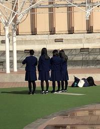 西宮ガーデンズで記念写真を撮る女子高生 - 島暮らしのケセラセラ