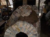 小さな穴窯制作10(もう一枚煉瓦を乗せ土をかぶせる)(No.319) - 薪窯冬青 犬と山暮らし