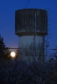給水塔と満月 - 萩原義弘のすかぶら写真日記