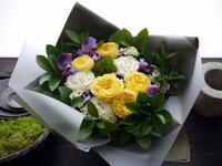 退職される方へのアレンジメント。「黄色~紫系。出来れば花束風で」。北ノ沢にお届け。2021/02/22使用(02/21お届け)。 - 札幌 花屋 meLL flowers