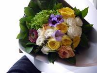 送別の花束。「黄色系、豪華な感じ」。大谷地東にお届け。2021/02/26。 - 札幌 花屋 meLL flowers