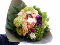 80歳のお誕生日に花束。「季節のお花、ブーケ風」。北野7条にお届け。2021/02/28。 - 札幌 花屋 meLL flowers