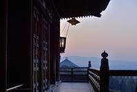 菱燈籠のある夕刻@ 1270回 修二会-1 - 東大寺が大好き