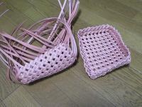 今編んでいる石畳編みのふた付き箱は、サーモンピンクです - あれこれ手仕事日記 new!