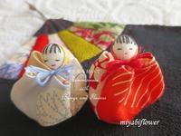 お手玉のおひなさまと紅白の桜餅 - 風と花を紡いで