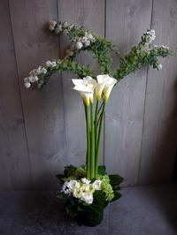 美容室・マツエクサロンのオープンにアレンジメント①。「白~グリーン、ナチュラル系」。南1西5にお届け。2021/03/03。 - 札幌 花屋 meLL flowers