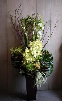 美容室・マツエクサロンのオープンにアレンジメント②。「白~グリーン、ナチュラル系」。南1西5にお届け。2021/03/03。 - 札幌 花屋 meLL flowers