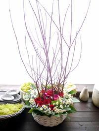 お誕生日のアレンジメント。「高さ出して、濃い赤のバラをメインに」。平岸3条にお届け。2021/03/05。 - 札幌 花屋 meLL flowers