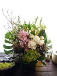 ご命日にアレンジメント。「白~グリーン、ポイントに色を」。三笠市に発送。2021/03/07着。 - 札幌 花屋 meLL flowers