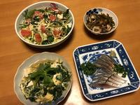 あぶり〆鯖と、三つ葉と豆腐としらすの玉子とじと、香草サラダと、切昆布、それにお味噌汁 - かやうにさふらふ