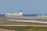 コンテナ船の出港 - 南の島の飛行機日記