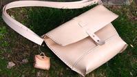 自分のバッグを持って屋外で撮影してみた - 布と木と革FHMO-DESIGNS(エフエッチエムオーデザインズ)Favorite Hand Made Original Designs