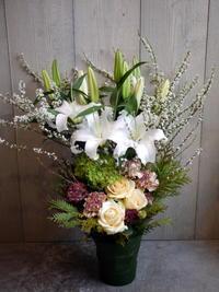 ご葬儀にアレンジメント。「バラも可」。2021/03/10。 - 札幌 花屋 meLL flowers
