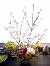 保育園の卒園式にアレンジメント。「ピンク系で明るい感じ」。月寒東1条にお届け。2021/03/10。 - 札幌 花屋 meLL flowers