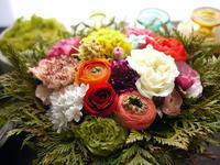 お父様のお誕生日にアレンジメント。「元気な気分になれる明るいレインボーカラーで」。伊達市に発送。2021/03/11着。 - 札幌 花屋 meLL flowers