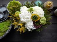 3/11の献花用にアレンジメント。「白とグリーン基調、出来ればミモザを入れて」。南3西3にお届け。2021/03/11。 - 札幌 花屋 meLL flowers