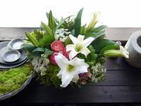 十三回忌のアレンジメント。「白、ピンク、グリーン等で」。北43条にお届け。2021/03/12。 - 札幌 花屋 meLL flowers
