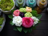 亡くなったワンちゃんにアレンジメント。「ピンクメインで、明るく、可愛らしい感じ。バラは避けて」。平岡7条にお届け。2021/03/13。 - 札幌 花屋 meLL flowers