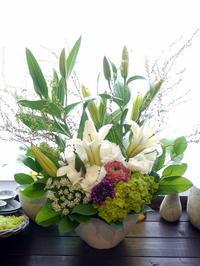 法事用のアレンジメント。西13にお届け。2021/03/13。 - 札幌 花屋 meLL flowers