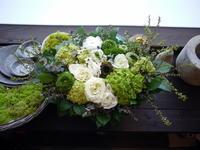 退職のお祝いにアレンジメント。「白~グリーン系、ナチュラルな感じで」。月寒西2条にお届け。2021/03/13。 - 札幌 花屋 meLL flowers