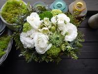 一周忌にアレンジメント。「白~グリーンメインで。ラナンキュラスを使って」。2021/03/13。 - 札幌 花屋 meLL flowers