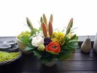お父様の三回忌にアレンジメント。「気持ちが明るくなるような」。新琴似5条にお届け。2021/03/13。 - 札幌 花屋 meLL flowers