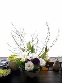 お供えのアレンジメント。「白~グリーン、少し紫を入れて」。2021/03/14。 - 札幌 花屋 meLL flowers