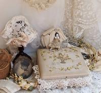 パリの蚤の市から大阪へ*とても小さなドール・花かご刺繍のボックス・ドールパニエなど - BLEU CURACAO FRANCE