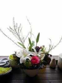 一周忌にアレンジメント。西町南にお届け。2021/03/17。 - 札幌 花屋 meLL flowers