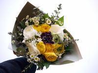 退職される同僚の方への花束。「黄色、白、グリーンで明るく可愛い感じ」。南2条にお届け。2021/03/19。 - 札幌 花屋 meLL flowers