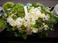 グラーレ円山での結婚式にお祝いのアレンジメント②。2021/03/21。 - 札幌 花屋 meLL flowers