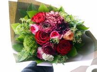 退職される高校の先生への花束。「赤を使って、華やかに」。2021/03/22。 - 札幌 花屋 meLL flowers